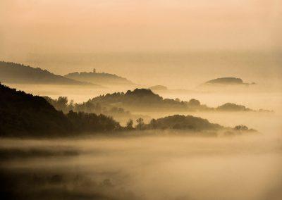 Blick auf die Starkenburk bei Heppenheim im Nebel