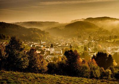 Foto des Lautertaler Ortsteiles Reichenbach im leichten Nebel mit der evangelischen Kirche